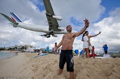 Tourists take self-portrait snapshots with landing Air France jet at Sunset Beach by Princess Juliana International Airport in Saint Martin Ile St Martin, Maho Beach St Maarten, Saint Martin Island, Ying Y Yang, Welcome Home Signs, Voyager Loin, Family Beach Pictures, Travel Pictures, Foto Real