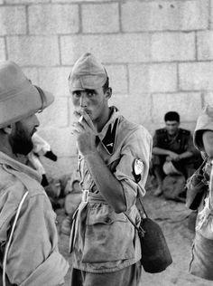 Солдаты Французского иностранного легиона и итальянские пленные в форте Умберто в Эфиопии