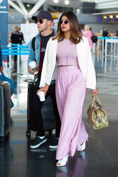 Here, a whole slew of celebs wearing chic outfits at the airport that you can actually get around in. Priyanka Chopra, Shraddha Kapoor, Ranbir Kapoor, Deepika Padukone, Fashion Looks, Fashion Tips, Fashion Design, Travel Fashion, Star Fashion