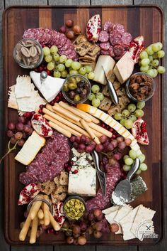 Serving the best Charcuterie Cheese Board is the perfect appetizer you can offer your guests when entertaining. Learn how to make a meat and cheese board! Charcuterie Platter, Charcuterie And Cheese Board, Antipasto Platter, Cheese Boards, Charcuterie Display, Appetizer Display, Charcuterie Ideas, Catering Display, Catering Food