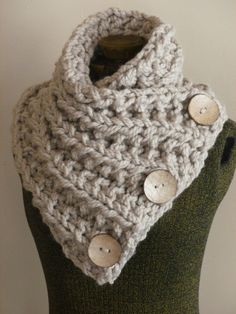 Lancaster Sjaal Chunky Hand Knit Scarf In Neutral Tan Met Drie Grote Functionele Knoppen Chunky Knit Cowl Chunky Button Neck Warmer Chunky Knitting Patterns, Loom Knitting, Hand Knitting, Crochet Patterns, Hand Knit Scarf, Knit Cowl, Bonnet Crochet, Knit Crochet, Lancaster