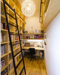 棚だらけの書斎。本好きにはたまらない。図書館みたいなハシゴも製作しました^ ^ #グランハウス#設計事務所#建築#住宅 #書斎#本棚#造作棚#造作#ハシゴ#デスク #デスクスペース#ワークスペース#趣味部屋 #無垢の床#ペンダント照明#注文住宅#無垢 #ライブラリースペース#本#読書#本好き #architecture#architect#home#homemade