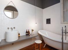 """Koupelna má příjemnou dřevěnou podlahu z masivního dřeva, která je vhodná do vlhkých prostor. Chtěli jsme udělat malý pokojíček  pro příjemnou koupel s retro vanou. Obklady jsou geometrické prolamované bílé kostičky. Umyvadlo na desce je vysoký keramický """" škopek"""" a vedle něj je vysoká skříň s úložným prostorem."""
