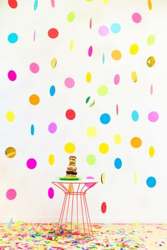 DIY confetti backdrop by Studio DIY. 10 Fun Ways to Decorate Your Wedding with Confetti Photobooth Diy, Diy Photo Booth Backdrop, Photo Backdrops, Balloon Backdrop, Backdrop Ideas, Confetti Photos, Diy Confetti, Confetti Wall, Confetti Ideas