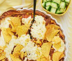 Kvällens middag kommer att glädja och mätta både stora och små – en smarrig tacopaj med blandfärs, små gyllene majskorn, ett täcke med crème fraiche och riven ost som gräddas i ugnen till perfektion. Pricken över i:et är de krispiga tortillachipsen som både tillför smak och textur. Servera med gurktärningar och njut!
