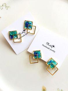 Resin Jewelry Tutorial, Resin Jewlery, Dainty Jewelry, Beaded Jewelry, Jewellery, Handmade Accessories, Handmade Jewelry, Diy Resin Art, Accesorios Casual
