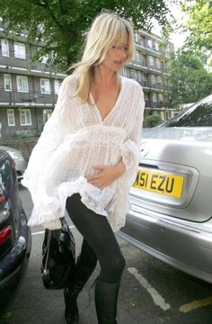 Kate Moss in a Sheer white tunic and leggings. Classy Outfits, Casual Outfits, Moss Fashion, Women's Fashion, Kate Moss Style, Queen Kate, Casual Jeans, Celebrity Dresses, Boho Chic