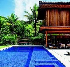 Área de lazer: a piscina é revestida de pastilhas de vidro em dois tons de azul, da Vidrotil, e abriga, em um dos cantos, uma hidromassagem (Foto: Edu Castello/ Editora Globo)