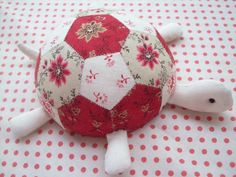 Sewing Cushion Turtle Pincushion - not a quilt but cute use of hexies :) Fabric Crafts, Sewing Crafts, Quilt Patterns, Sewing Patterns, Tatting Patterns, Anni Downs, Quilting Rulers, Hexagon Quilting, Hexagon Patchwork