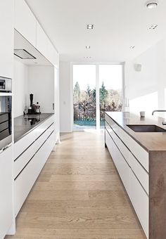 White and clean lines in the kitchen with white oiled oak as floor and special table top in Pietra di Fossena marble. Rustic Country Kitchens, Country Kitchen Designs, Best Kitchen Designs, Modern Kitchen Design, Kitchen Ideas, Modern Kitchen Tables, Grand Kitchen, Scandinavian Kitchen, Kitchen Cabinet Design