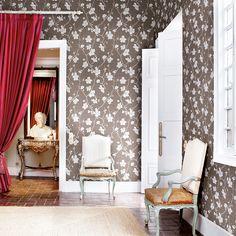 Schöne Tapete mit Blüten in silber auf braun: CORCELLE von Coordonné!