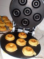 Enter my Kitchen: Mini-donuts machine or baked / mini-donuts a machine ou . - Enter my Kitchen: Mini-donuts machine or baked / mini-donuts a machine ou au four - Mini Donuts, Easy Smoothie Recipes, Easy Smoothies, Donut World, Homemade Frappuccino, Belgian Waffle Maker, Gateaux Cake, Homemade Donuts, Cute Desserts