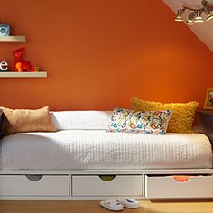 This #DIY daybed is the perfect place for visiting guests – and bonus: it has built-in storage space underneath!