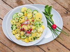 """Kartoffelsalat """"Nord"""" trifft Kartoffelsalat """"Süd"""". Mit Mayo oder Brühe? Welche Gurke gehört rein? Und was schmeckt mehr nach Kartoffel? Kerstin und Brigitte treten mit ihren verraten uns ihre Lieblingsversionen. Das Duell kann starten: Hier kommt Brigittes Version. http://www.fuersie.de/kitchen-girls/rezepte/blog-post/rezept-fuer-kartoffelsalat-mit-bruehe"""