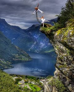 Be ready for majestic views like this if you're thinking about visiting my homeland! I love balancing in magical places and this one is magical for sure - Flydlasjuvet! pic. Sindre Lundvold balancing: @eskil_balance #norway #norge #visitnorway #travel #explore #adventure #beautifuldestinations #bestplacestogo #earthpix #outdoors #outside #scenic #hiking #nature #mountains #balance #yoga #handstand #zen #discover #moodygrams #artofvisuals #europe #lake #fjord #extreme #athlete #art
