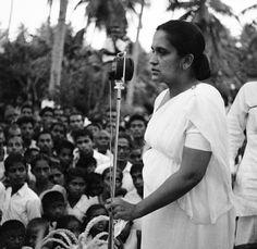 """SIRIMAVO RATWATTE DIAS BANDARANAIKE (Colombo 1916 - 2000) fue una política de Sri Lanka. Bandaranaike, conocida como la """"Sra. B"""", fue primera ministra de su país en tres oportunidades: 1960-1965, 1970-1977 y 1994-2000. Fue la primera mujer en el mundo en asumir el cargo de primer ministro de un país..."""