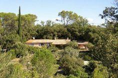 """Villa """"Leï Restanques"""" (Carcès) - Karakteristieke villa met privé zwembad. De villa ligt in het rustige achterland van de Côte d'Azur in de Provence verte, het groene deel van de Provence. Door haar ligging en de grootte van het terrein biedt de villa veel privacy en is ideaal voor twee gezinnen. Op enige afstand van het huis ligt een Cabanon voor nog 2 personen waardoor de villa geschikt is voor 8 tot 10 personen."""