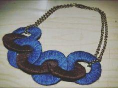 Collana @gallipot realizzata con dischi di lana marrone scuro e blu