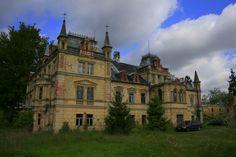 Pałac w Kościelnikach Górnych wybudowany w latach 1866-67. Obecnie - własność prywatna, czeka na remont. Castle House, Abandoned Places, To Go, Villa, Around The Worlds, Explore, Mansions, House Styles, Building