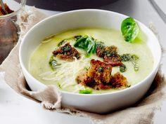 Unser beliebtes Rezept für Rosenkohl-Cremesuppe mit Dinkelcroûtons und mehr als 55.000 weitere kostenlose Rezepte auf LECKER.de.