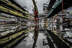 Remeros guardan sus botes después de una sesión de entrenamiento en el Estadio…