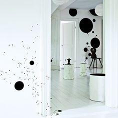 Le + : les tailles différentes de ronds noirs pouvant se répartir sur un ou plusieurs murs blancs comme bon vous semble.