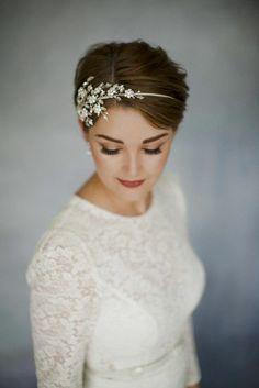 Idée Coiffure :    Description   Belle coiffure mariée bohème coiffure de mariée cheveux court    - #Coiffure https://madame.tn/beaute/coiffure/idee-coiffure-belle-coiffure-mariee-boheme-coiffure-de-mariee-cheveux-court/