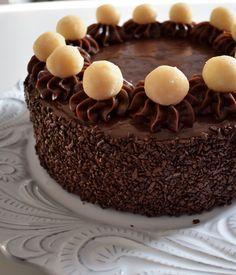 Bolo Meio a Meio. Genoise de chocolate, bem fofinho, recheado com beijinho cremoso e coberto com brigadeiro tradicional cremoso. Decorado com beijinhos e flocos de chocolate.