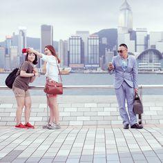 香港、アヴェニュー・オブ・スターズはセルフィーの「メッカ」だ。誰もが風景には目もくれずあちこちで自撮りを続けている。彼らを撮影した作品シリーズ『The Self Promenade』は、自撮りをする人々がいかに奇妙で滑稽に見えるかを明らかに