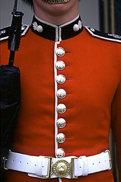 Guard close up British Army Uniform, British Uniforms, British Soldier, Military Men, Military Uniforms, Queens Guard, British Armed Forces, Royal Blood, Outfits