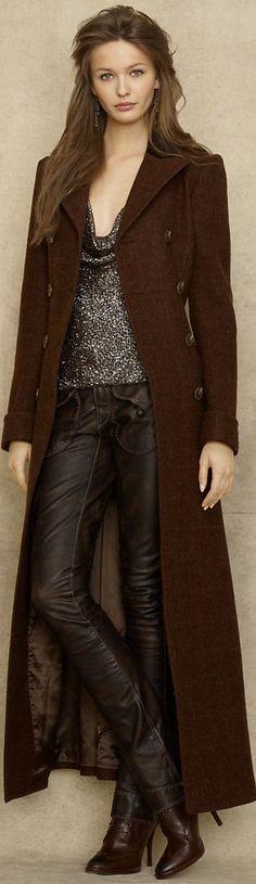 """Sexy choice = the deep """"v"""" neck, the leather pants and the heels help to keep it attractive but chic, by the choice of colors! ------- Escolha sexy = o decote profundo, a calça de couro e o salto ajudam a manter o look atraente, porém chic, pela escolha das cores mais sóbrias."""