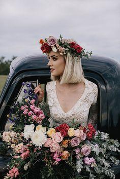 Un coche lleno de flores para bodas