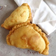 Pastechi di karni are traditional pastries filled with minced beef, eaten in Aruba, Bonaire and Curaçao. Make this Antillean party snack with our recipe! Mince Recipes, Pastry Recipes, Vegetarian Recipes, Cooking Recipes, Curacao Recipe, Rhodes Bread, Caribbean Recipes, Caribbean Food, Exotic Food