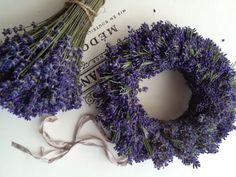 Levendula koszorú – a nyár felejthetetlen élményeit idézi vissza a dekoratív, illatos koszorú, mely lehet ajtó-, vagy asztaldísz is. Burlap Wreath, Wreaths, Decor, Decoration, Door Wreaths, Burlap Garland, Deco Mesh Wreaths, Decorating, Floral Arrangements