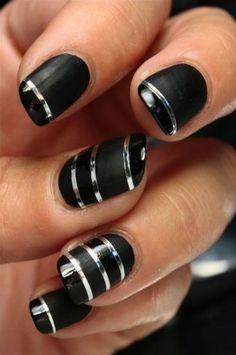 diseño de uñas negro y mate con cintas