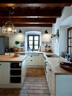 Traditional country kitchens are a design option that is often referred to as being timeless. Over the years, many people have found a traditional country kitchen design is just what they desire so they feel more at home in their kitchen. Rustic Kitchen, Country Kitchen, Kitchen Decor, Kitchen Ideas, Ikea Kitchen, Kitchen Layout, Kitchen Inspiration, Kitchen Hacks, Brick Flooring