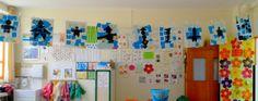 Affichage des productions en arts visuels des élèves - Petite section - bonshommes en formes géométriques noires sur fond bleu
