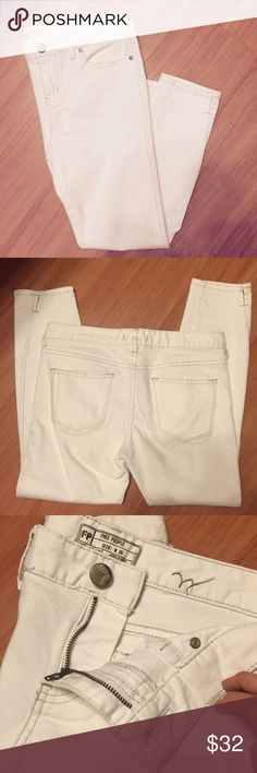 """Free People eggshell herringbone jeans Classic and flattering Free People eggshell herringbone cropped jeans. Excellent used condition, just worn a couple times. Approx measurements: waist 29"""", hips 32"""", front rise 10"""", inseam 25"""". Have a cute ankle slit, see photo. Marking on waist, doesn't affect wearability. Free People Jeans Ankle & Cropped"""