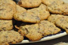 Sprøde orangecookies med smør og chokolade | nogetiovnen.dk Sweets Recipes, Cookie Recipes, Snack Recipes, Snacks, Orange Cookies, Cookies For Kids, Sweets Cake, Bakery, Deserts