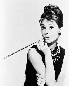 Audrey Hepburn on the set of Breakfast at Tiffany's, 1961 con #cigarillo #celebrittys #rodaje película