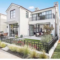 Have a very small lot? @brandonarchitects has you covered in the most stunning way -- #modernstyle.