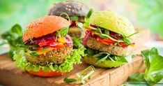 quick homemade lentil burgers, made with canned lentils Becoming Vegetarian, Going Vegetarian, Vegetarian Cooking, Vegetarian Recipes, Steak Soja, Hamburger Vegetarien, Vegan Catering, Raw Food Recipes, Healthy Recipes