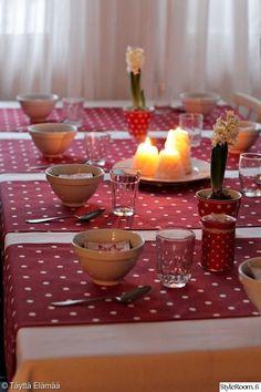 joulu,kattaus,punainen,keittiö,joulukattaus Table Decorations, Furniture, Home Decor, Decoration Home, Room Decor, Home Furnishings, Home Interior Design, Dinner Table Decorations, Home Decoration