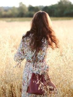 Cette rentrée, on n'hésite pas à associer robe longue fleurie automnale et sac seau bordeaux