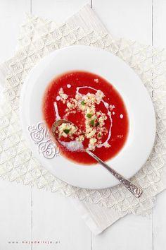 """Stragany aż się uginają od soczystych i pachnących pomidorów. Wykorzystajcie ten okres i zróbcie """"Zupę pomidorową na świeżych pomidorach"""". To nie to samo, co pomidorówka na przecierze. Pamiętam, kiedy raz taką spróbowałam… Słodką, pachnącą, taką prawdziwie pomidorową… Zrobił mi ją Mąż kiedy byłam w ciąży. Zaskoczyłam się smakiem i to bardzo pozytywnie. Zupka była tak…"""