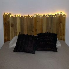 Reclaimed Rustic Pine Platform Bed with Headboard and 4 Drawers - Diy kopfteil Rustic Wood Headboard, Wood Pallet Beds, Wood Beds, Pallet Furniture, Wood Pallets, Furniture Storage, Plywood Furniture, Wooden Pallet Crafts, Rustic Bed