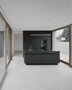 Haus G is a minimalist house located in Vorarlberg, Austria, designed by Bechter Zaffignani Architekten. A typical neighborhood, like any other neighborhood in Vorarlberg's Rhine Valley, characterizes the environment of the new building. Minimal Kitchen Design, Minimalist Kitchen, Interior Design Kitchen, Minimalist Style, Minimalist Design, Modern Interior, Black Kitchen Cabinets, Black Kitchens, Home Kitchens