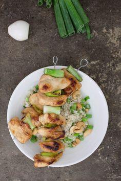 Amiamo ordinare gli Yakitori di pollo quando siamo al ristorante giapponese. Ecco perché abbiamo deciso di imparare a cucinarli in casa con riso e anacardi.