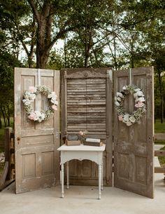 Wedding Cake Backdrop, Wedding Backdrop Design, Rustic Wedding Backdrops, Vintage Backdrop, Rustic Backdrop, Diy Backdrop, Old Doors Wedding, Wedding Door Decorations, Wedding Photo Background