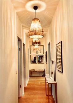 Was geht? Alle die einen langen Gang haben!Nicht verzweifeln! Was gebaut ist, ist gebaut und wegreißen werden wir ihn auch nicht mehr (leider). Also Ruhe bewahren, durchatmen und das Beste daraus machen.  Hier 3 Tipps für euch wie eure langen Gängen doch noch zum Hingucker werden und andere voller Neid erblassen lassen: Design Projects, Ceiling Lights, Interior Design, Lighting, Home Decor, Envy, Interior Designing, Tips, Nest Design